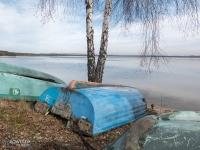 Kolorowe łódki na brzegu zbiornika