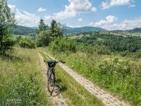 Podjazd z płyt ażurowych do Nieledwi i cudne widoki w tle