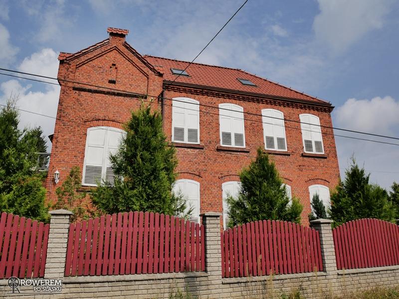 Budynek starej szkoły w Grojcu
