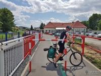 Bardzo wąskie przejazdy między barierkami ustawionymi przed przejazdami przez drogi publiczne w Keżmaroku