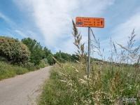Oznakowanie szlaku R10 wzdłuż Bałtyku. Znak z kilometrażem