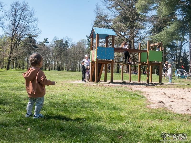 Nela na placu zabaw w parku