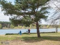 Rowerzyści nad jeziorem Chechło-Nakło