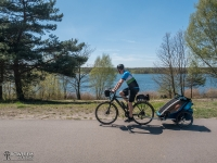 Asfaltowa droga wzdłuż jeziora