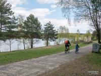 Rowerzyści nad jeziorem