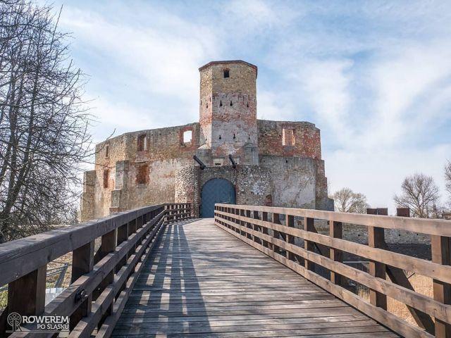 """#KręćDo ZAMEK W SIEWIERZU Zamek w Siewierzu z charakterystycznym drewnianym mostem zwodzonym to jeden z najpopularniejszych celów rowerowych wycieczek w Zagłębiu Dąbrowskim, a także częsty punkt pośredni w wycieczkach na Jurę Krakowsko-Częstochowską. Dojechać do niego można m.in. Szlakiem Zamkowym, który rozpoczyna się nad Pogorią IV. Warto wspomnieć, że niegdyś pod rządami duchownych zamek zaczął pełnić rolę administracyjnej i politycznej siedziby Księstwa Siewierskiego, które stało się prawie niezależnym organizmem politycznym z własnym wojskiem, sejmem, monetą, szlachtą oraz bardzo surowym sądem przez co wówczas mówiono: """"Kradnij, zabijaj, ale Siewierz omijaj"""". Więcej zdjęć i informacji o zamku oraz trasach dojazdowych znajdziecie na blogu: https://roweremposlasku.pl/zamek-w-siewierzu/ #roweremposlasku #rowerempośląsku #travel #podróże #podróżemałeiduże #wycieczka #wycieczkarowerowa #biketrip #slaskietravel #silesia #siewierz #zamekwsiewierzu #castle #most #architecture #naszapolska #polskajestpiekna #rowerowo #bikelife #rowerowelove"""