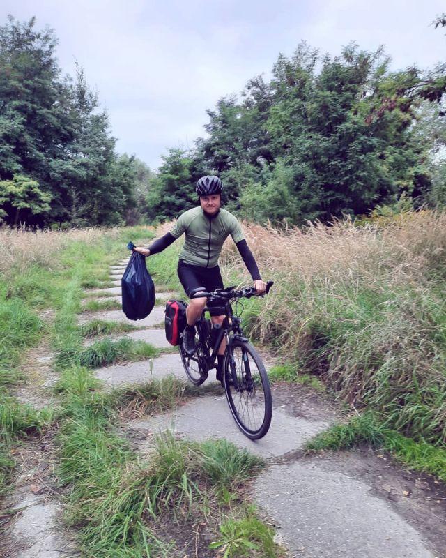 Dzisiaj World Cleanup Day i wielki finał 28 akcji Sprzątanie Świata organizowanej przez Fundacja Nasza Ziemia (17-19.09.2021). Zabrałem worek, wskoczyłem na rower i pojeździłem sobie po okolicy, sprzątając tereny zielone. Namawiam Was do tego samego :) Przy okazji można zgarnąć 400zł na zakupy w Yellow Responsible Cycling o czym więcej na ich profilu. #roweremposlasku #rowerempośląsku #silesia #śląskie #śląsk #gornyslask #slaskietravel #worldcleanupday #sprzątanieświata #ziemia #fundacjanaszaziemia #planeta #rowerowo #rowerowelove #yellowcycling #bikelife #terenyzielone #polskajestpiekna #naszapolska